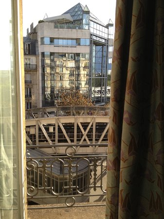 Hotel Eiffel Seine : Looking out from the room