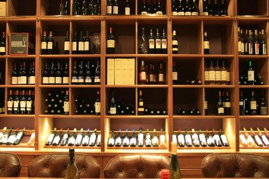 Ô Chateau : Wine shelves