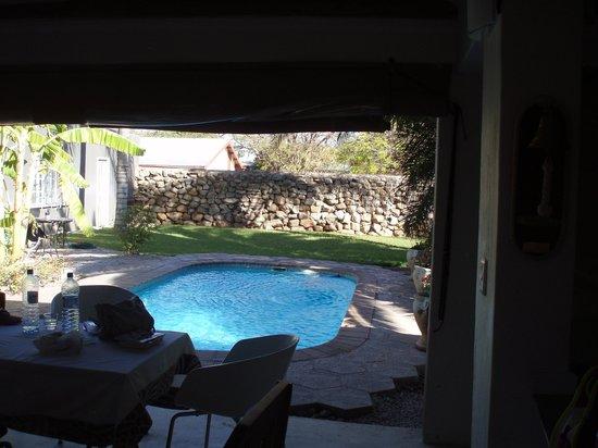 Bush Pillow Guest House: Het zwembad vanuit leuke lounge
