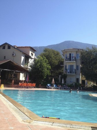 Tunacan Hotel: Looking to rooms from poolside