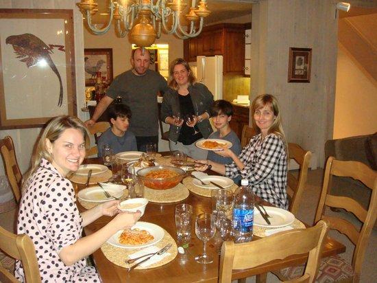 Vail's Mountain Haus at the Covered Bridge : Sala de jantar espaçosa e aconchegante...nos sentimos em casa.