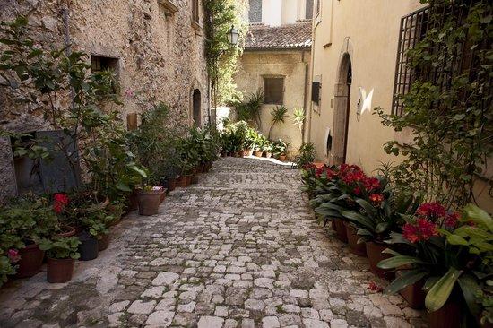 Nena al Borgo Castello: Walking through the streets of Pico