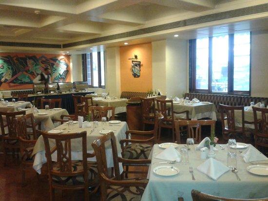 Hotel Supreme Heritage: Bright sunny dining area