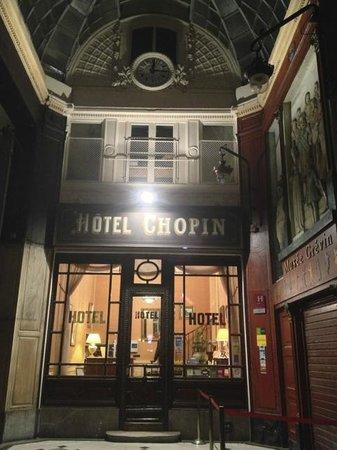 Hotel Chopin: L'entrée de l'hôtel la nuit !