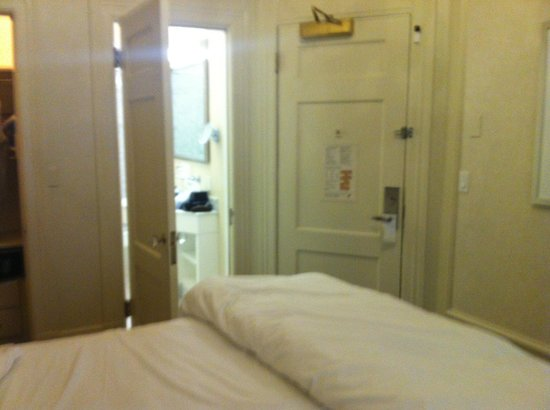The Westin St. Francis San Francisco on Union Square: Bed right next to the door ! Thin paper walls