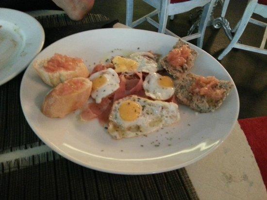 Cafe Espanol De Las Artes: Tosta serranita: cama de tomate, jamón serrano y huevos de codorniz a la plancha con orégano