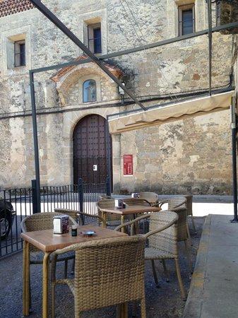 Hostal Blasón: Vista de la terraza con la iglesia de San Miguel de fondo