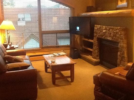 Fairmont Heritage Place, Franz Klammer Lodge: Large living area with fireplace.