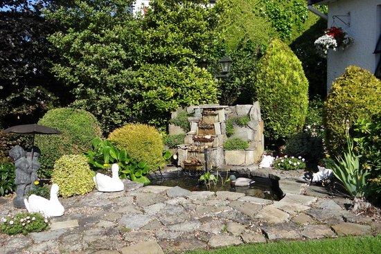 Eden Villa: Fountain area - on grounds