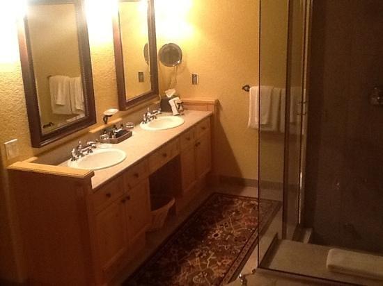 Fairmont Heritage Place, Franz Klammer Lodge: Double sinks, glass shower, foot massager!!