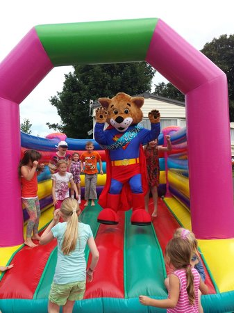 Sandaway Beach Holiday Park: freddy on the bouncy castle