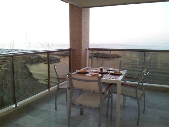 Pierre & Vacances Apartamentos Altea Beach: Uno de nuestros desayunos en la terraza: croisants recien horneados en el apartamento