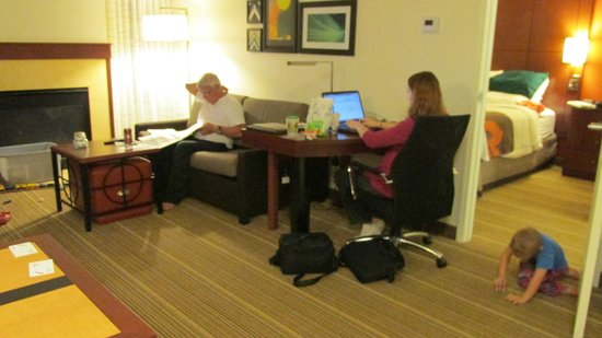 Residence Inn Cedar Rapids : Living room area