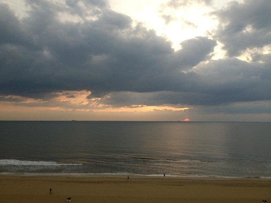 Fairfield Inn & Suites Virginia Beach Oceanfront: View from balcony shortly after sunrise