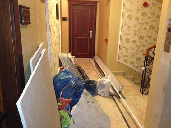 Amber Hotel: Corridor..