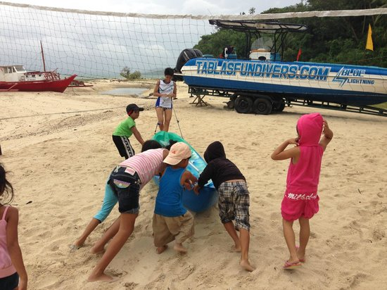 Tablas Fun Resort : Push to Paddle with local kids