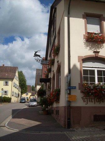 """Britzingen, Deutschland: Seitenansicht des Hirschen mit Wirtshausschild """"Ein springender Hirsch"""""""