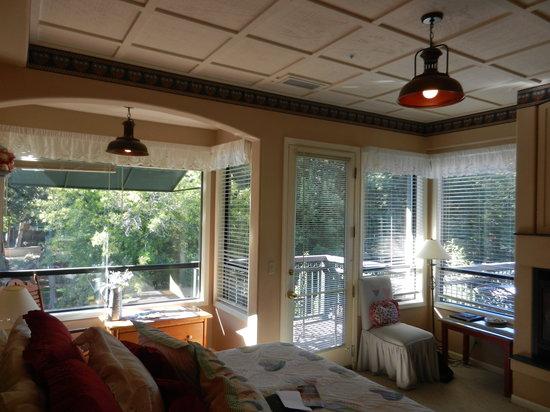 The Inn Above Oak Creek : Corner king bed, creek-side room on 1st floor