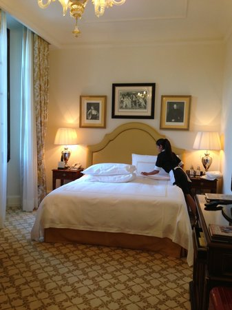 Four Seasons Hotel Firenze: Primping our pillows