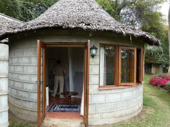 Arusha Serena Hotel, Resort & Spa : outside our room / hut