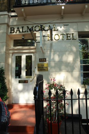 The Balmoral House Hotel: Вход в отель