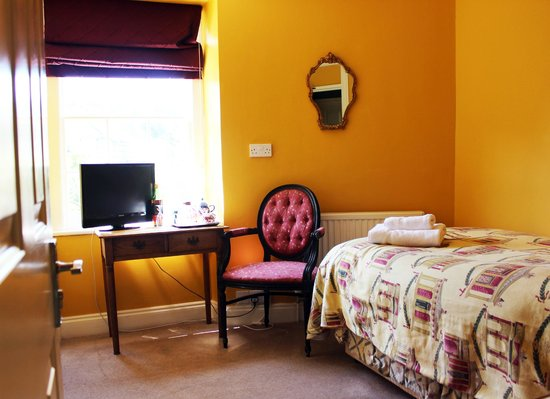 Bloomfield House: Single room with en-suite bath/shower