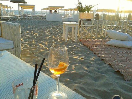 Scorcio della sala sulla spiaggia con musica live - Bagno maddalena tirrenia ...