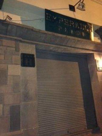 Emperador Plaza Hotel: PUERTA DE ENTRADA AL HOTEL DURANTE LAS NOCHES