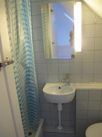 Stay Express Hotel: Крошечная ванная
