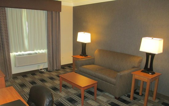 BEST WESTERN The Inn At Rochester Airport : Sitting Area in King Suite