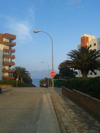 Apartamentos Montroig Mar: улица возле отеля