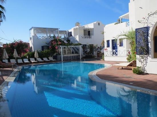 Kouros Village Hotel : pool and bar