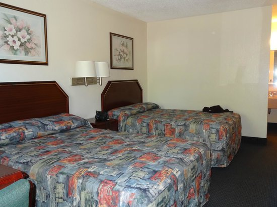 Econo Lodge Parkway / Historic Area: Beds area