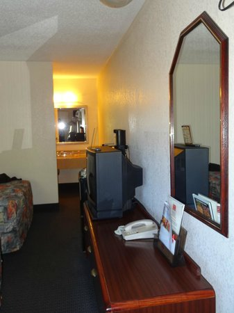 Econo Lodge Parkway / Historic Area: Wall away from beds, with refrigerator & microwave