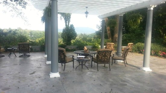 Biltmore Village Inn : Firepit Area - Right across the driveway from Honeymoon Cottage