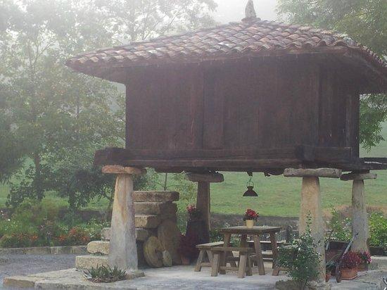 Santu Colás: horreo con su mesa debajo