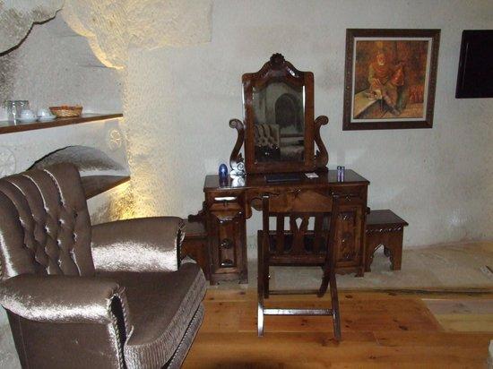 Ottoman Cave Suites: desk
