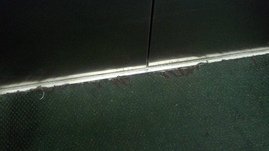Cayo grande Suites Hotel: Torn and dirty carpet at elevator door