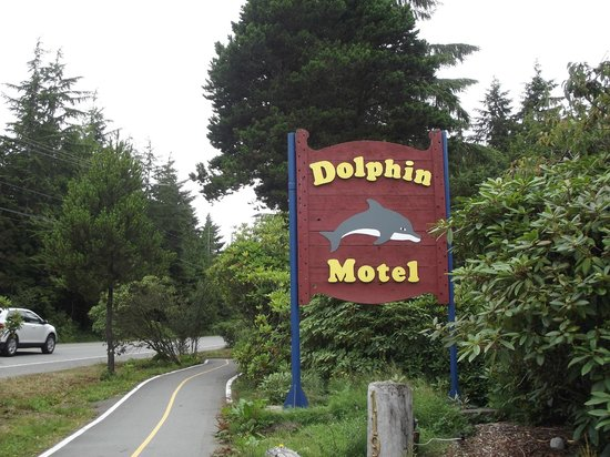 Dolphin Motel: Sign for the Motel along the highway