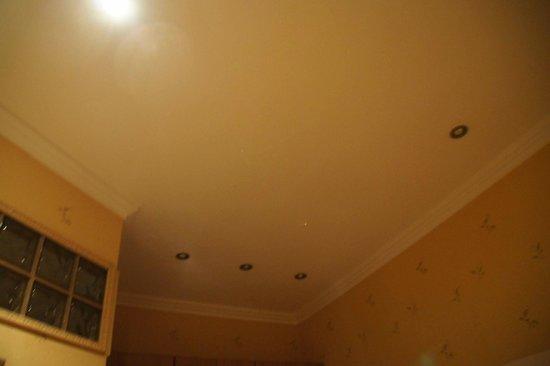 Kreshchatyk Guesthouse: лампы не меняли