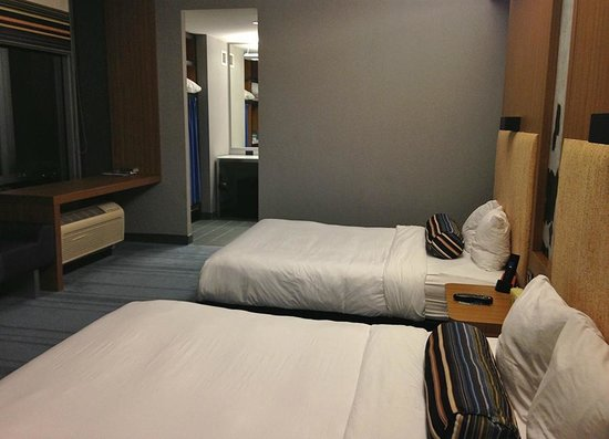 Aloft Portland Airport at Cascade Station: Accessible room with lower beds