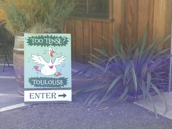 Toulouse Vineyards: Sign leading to the tasting room entrace
