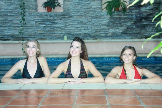 Acanto Boutique Hotel and Condominiums: Girls enjoying the pool!