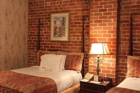 Place d'Armes Hotel: bed was so comfortable, made it hard to get out of