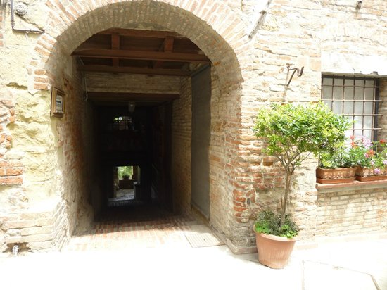 entrance from the street down to Osteria le civette