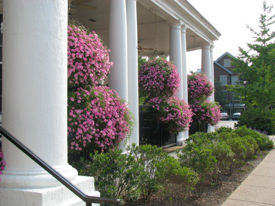 Boone Tavern Hotel: Flowers on the porch