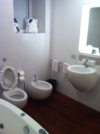 DuoMo Hotel: much better spacious bathroom