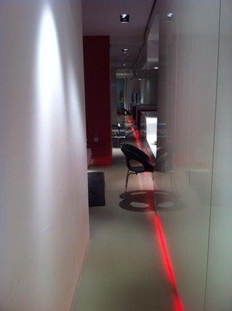 DuoMo Hotel: walkway through room from bathroom