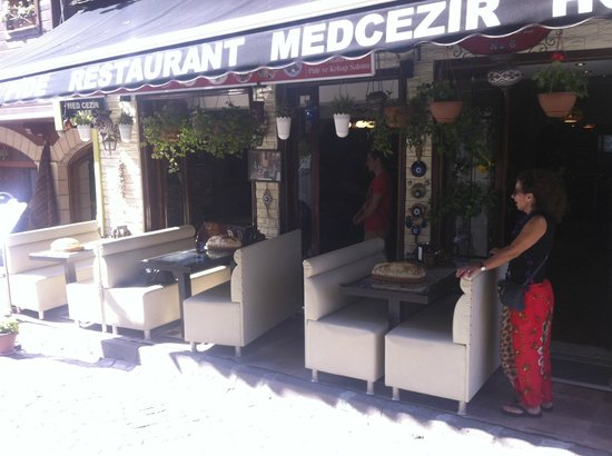 Med Cezir Hotel: Great place to eat and people watch