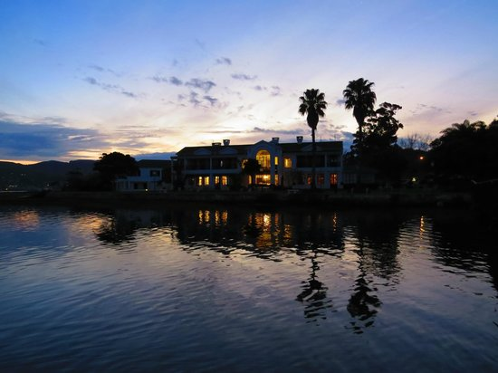 The St. James of Knysna: Hotel from lake side by Sunset